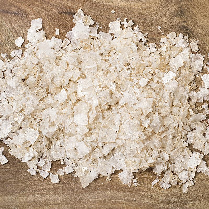 Textura de la escama de sal marina ahumada con jengibre sobre madera