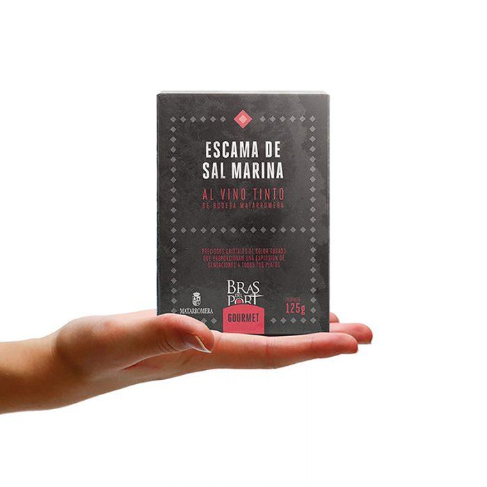 Caja de escama de sal marina al vino tinto Matarromera 125 g vista frontal sobre mano