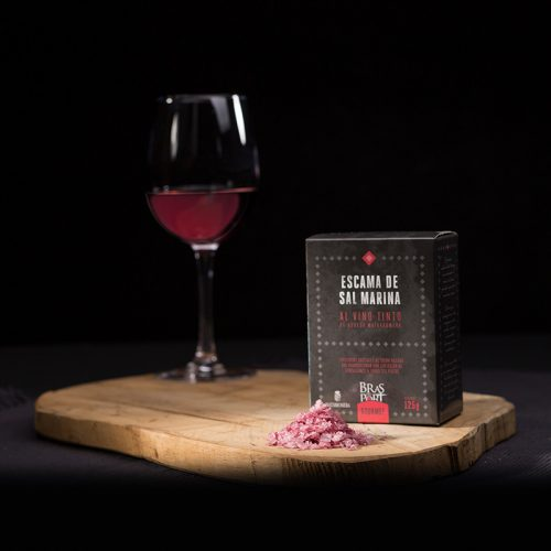 Bodegón con escama de sal marina al vino tinto Matarromera fondo oscuro