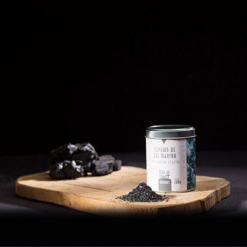 Bodegón con espuma de sal marina con carbón fondo oscuro