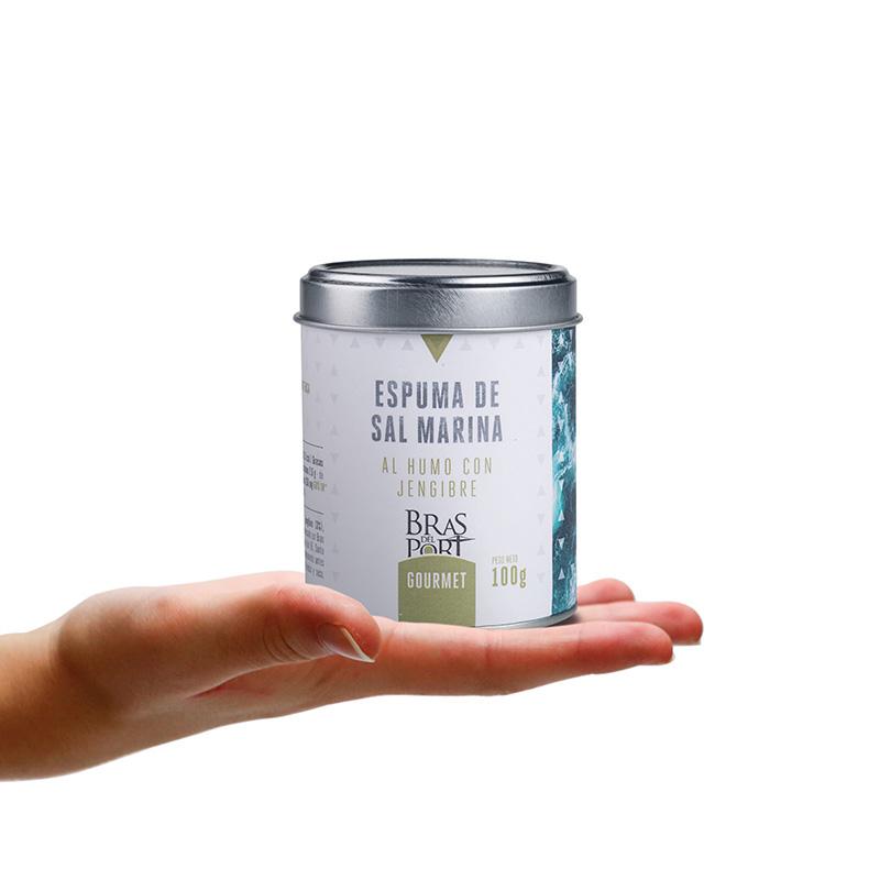 Bote de espuma de sal marina ahumada con jengibre 100 g sobre mano