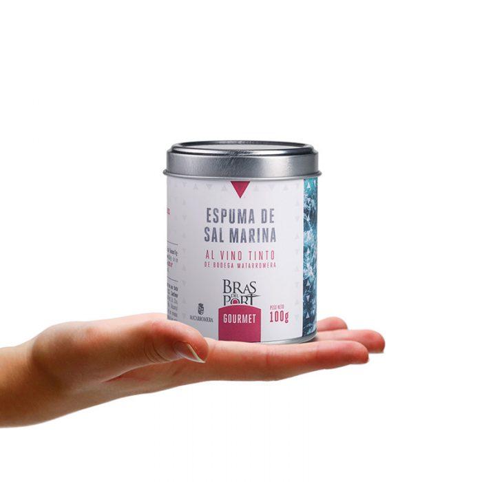 Bote de espuma de sal marina al vino tinto Matarromera 100 g sobre mano