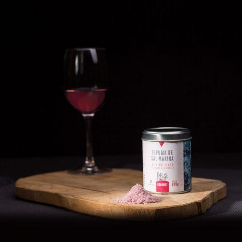 Bodegón con espuma de sal marina al vino tinto Matarromera fondo oscuro