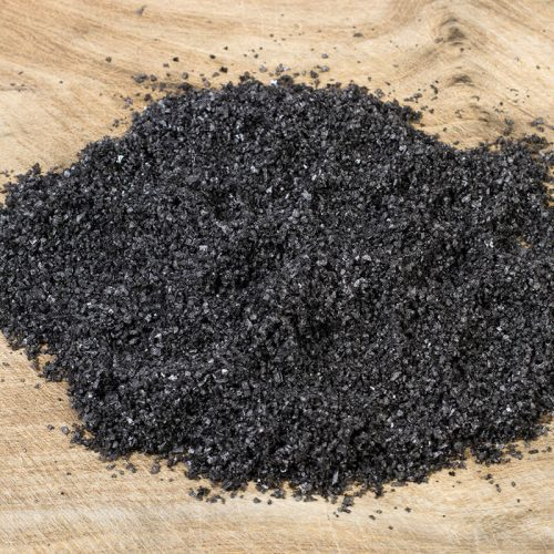 Textura de la espuma de sal marina con carbón sobre madera