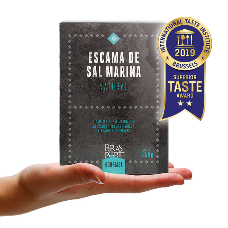 Caja de escama de sal marina natural 250 g vista frontal Superior Taste Awards mano