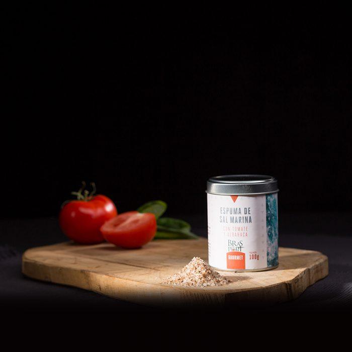 Bodegón con espuma de sal marina ahumada con tomate y albahaca fondo oscuro