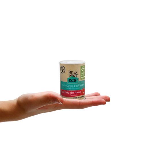 Salero con sal marina fina ecológica INTERECO 50 g sobre mano