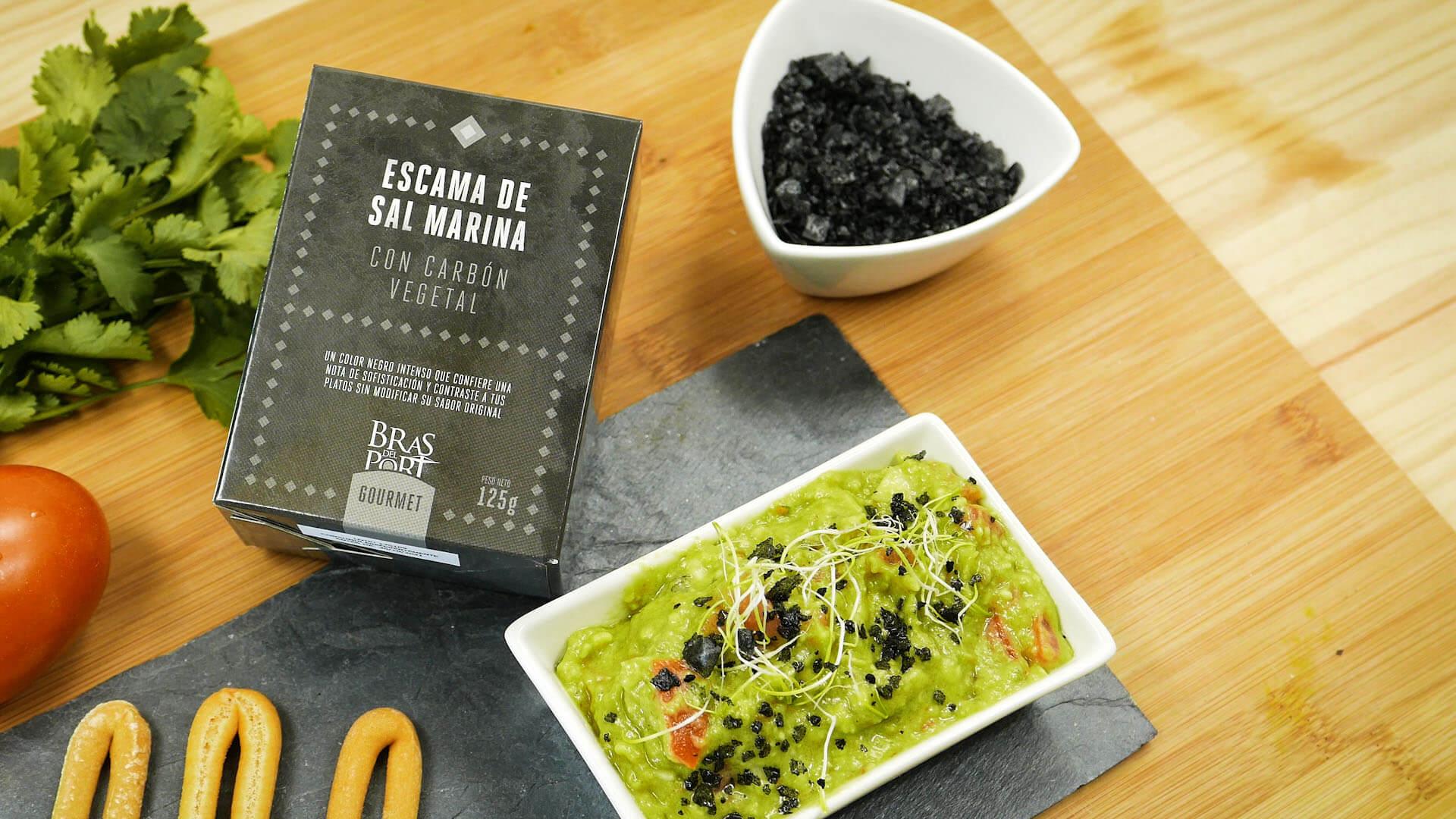 Guacamole con escamas con carbón vegetal